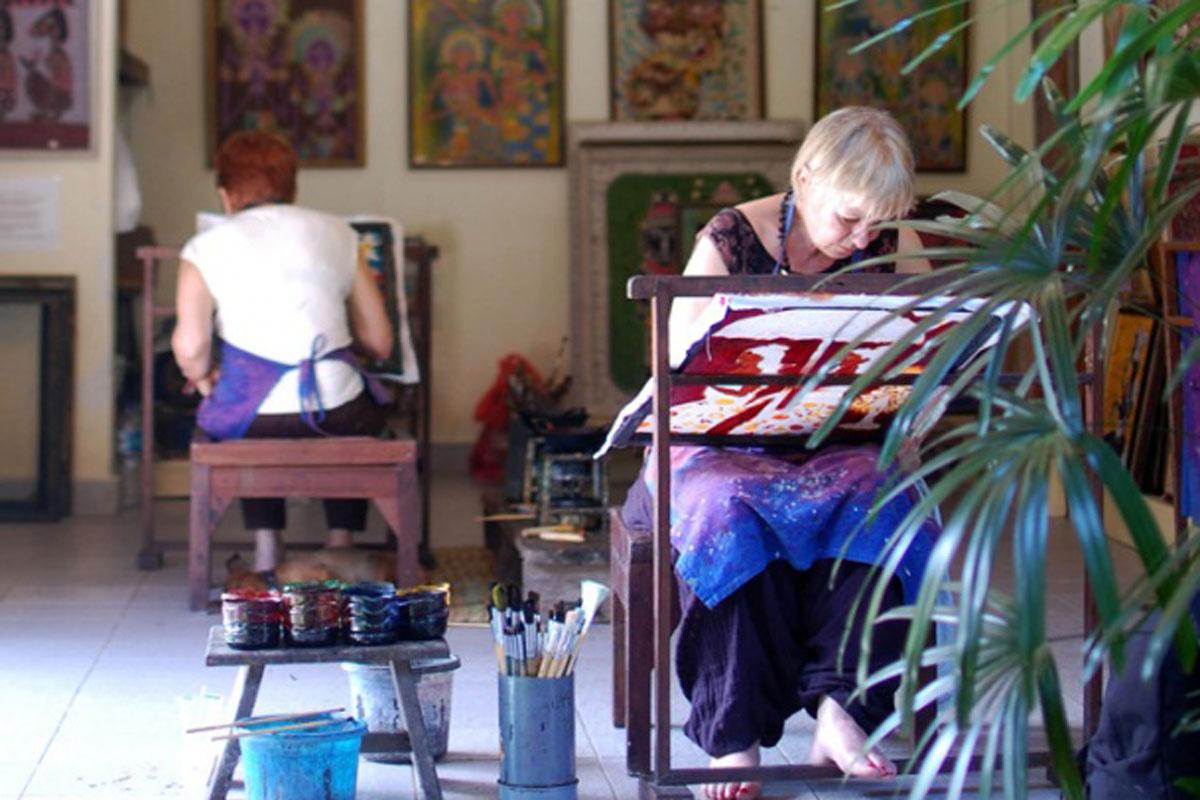 Nir is the home of I Nyoman Suradnya, his wife Ni Wayan Rai Rupini and their son Putu Adi and daughter Kadek Santi. Nyoman was born in Ubud and is a painter who works in three main media : batik, oil
