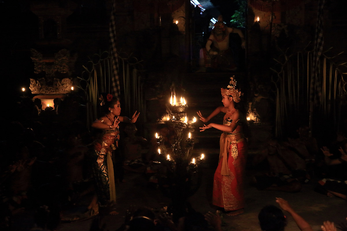 Group : Sandhi SuaraDay : Tuesday & Thursday / Time : 7:30pm / Venue : Taman Sari Temple, Pedangtegal Kelod, Ubud    Kecak is a form of Balinese dance and music drama that developed in the 1930s i