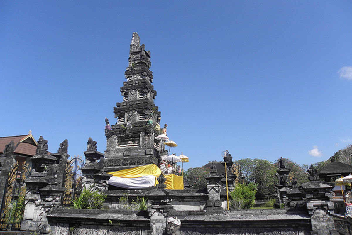 The state temple Pura Jagatnatha (Temple of the Rulers of the Worlds) was constructed in 1953 and is