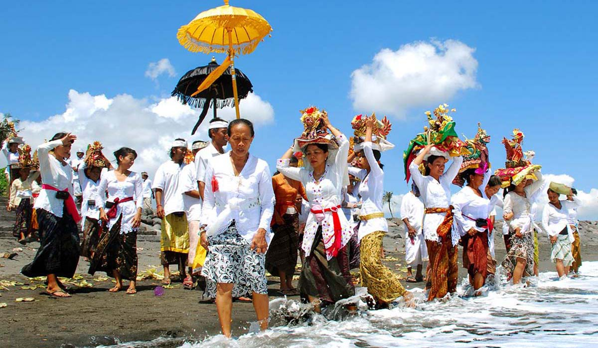 The Melasti processions take place approximately three days prior to the Saka New Year, when pilgrims take heirlooms in long walks from temples towards the coastlines where purification rites take pla