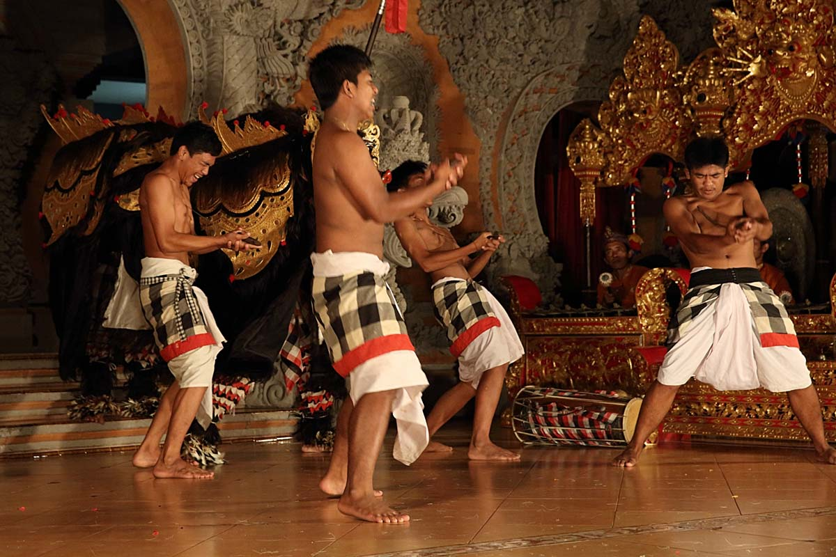 Legong & Barong Bangkal Dance (Waksirsa Story)  Group : Sanggar Suara Guna Kanti  Day : Wednesday / Time: 07.30 pm / Venue : Bale Banjar Ubud Kelod; Monkey Forest Road    Program :    Pendet Dance