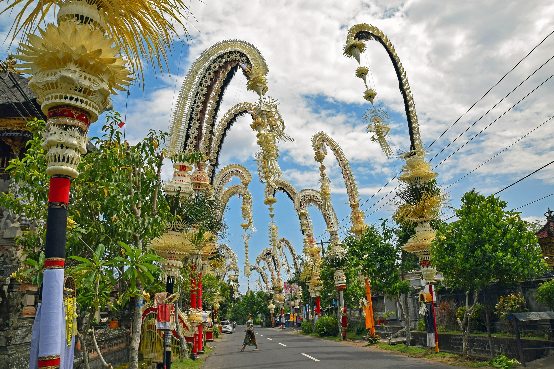 Galungan enlivens the whole island of Bali. It marks the beginning of the Pawukon year.  These festivities, which start with the actual Galungan day, last 10 days and come to an e
