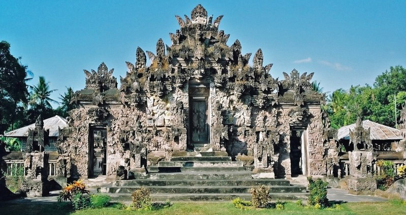 This subak (rice field) temple located situated in the village of Sangsit is dedicated to Dewi Sri t