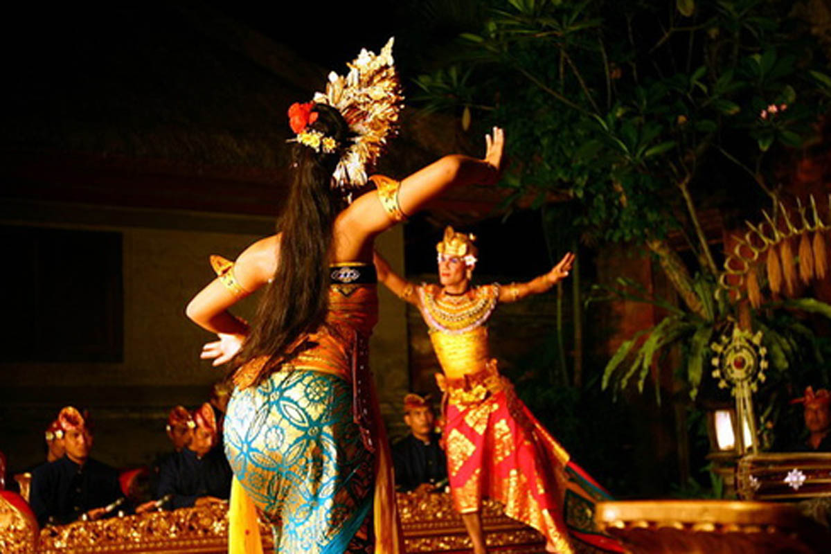 Group : Bina Remaja  Day : Saturday / Time: 7:30pm / Venue: Ubud Water Palace    Program :    Kebyar Dang  Kebyar Dang, a variant of the traditional Indonesian music using Gamelan which is a distinct