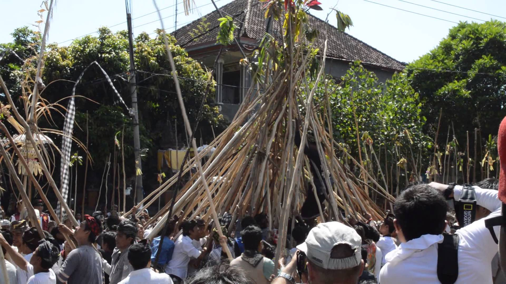 Another one of the several sacred ceremonies held around the Kuningan holiday is Makotekan. It takes