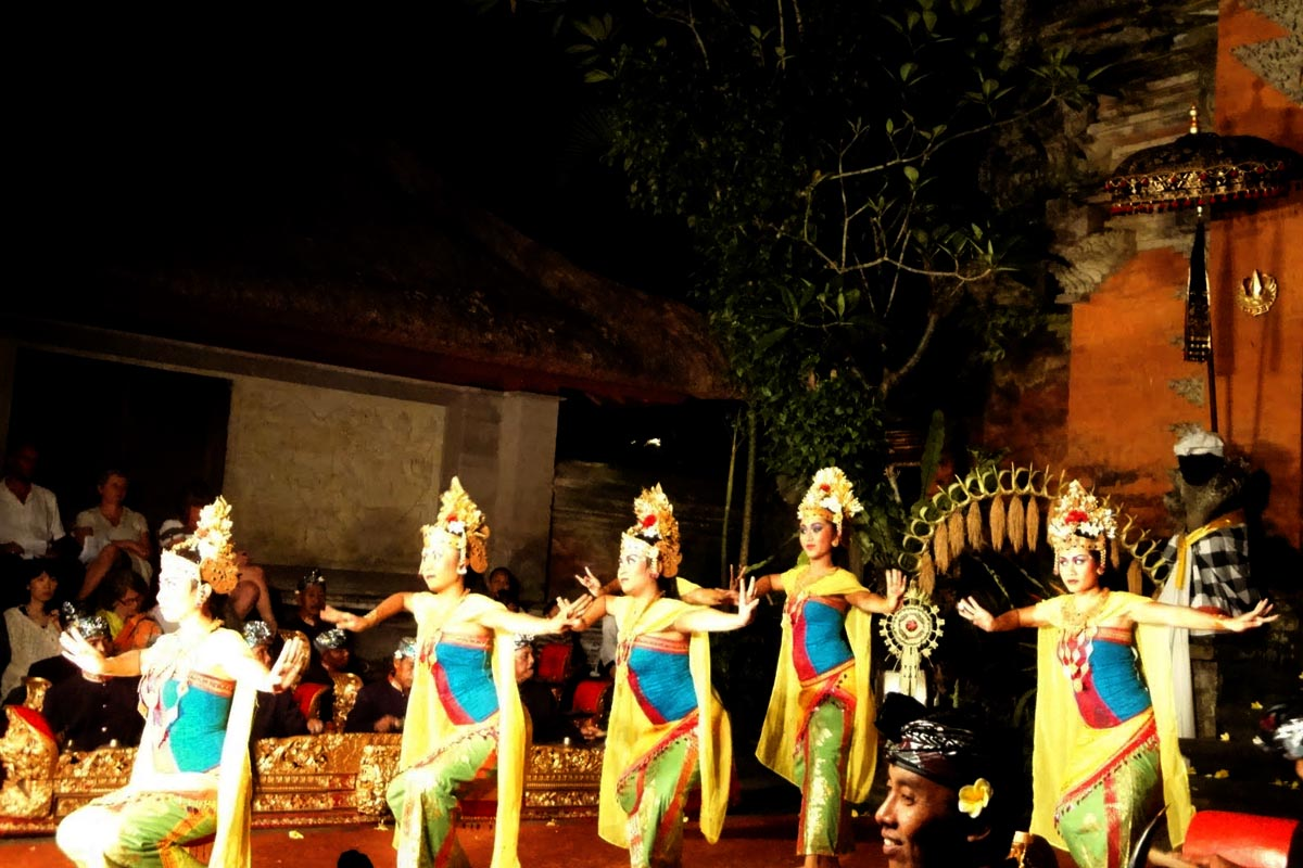 Group : Panca ArtaDay : Wednesday / Time: 7:30pm / Venue : Ubud Wantilan, adjoining the Ubud Palace(Sunda Upasunda)  From The Mahabharata    Overture (Instrumental)    Legong Kraton Dance  This is cla