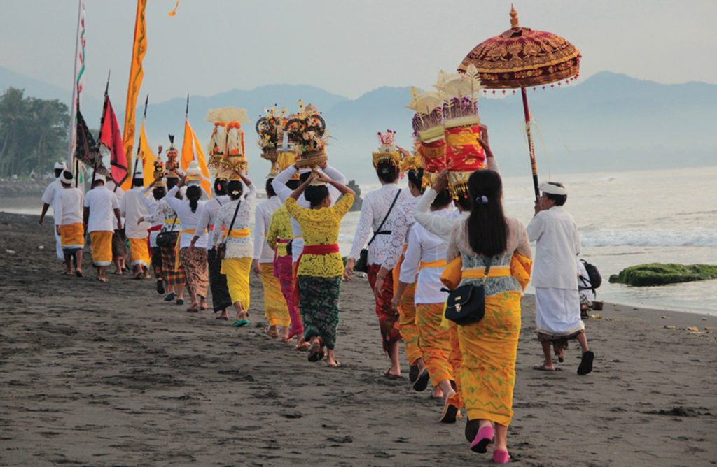 Nyepi, is preceded by Melasti, which is celebrated throughout the whole island of Bali. It corresponds to the great purification. On this occasion, the Balinese go to the see or to a natural wat