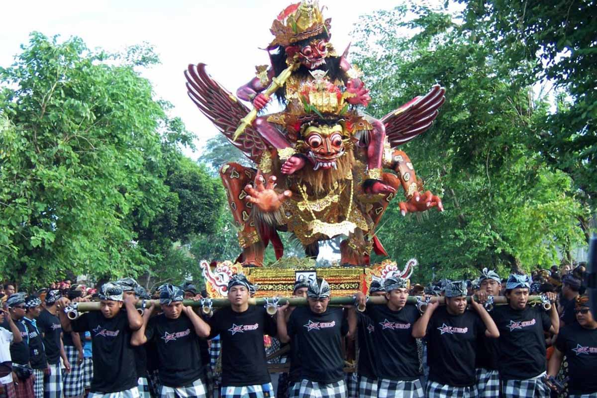 Pengerupukan itself meaningful ceremony performed to expel Bhuta Kala or any bad things that are done dusk (sandhyakala) after a ceremony mecaru around the residence where the day before Nyepi ceremon