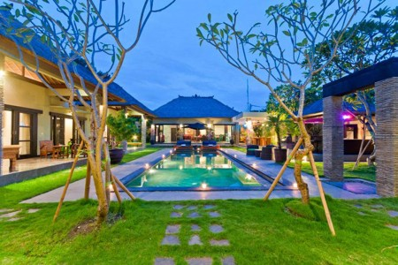Villa Mahkota is situated down a quiet lane off Jalan Raya Seminyak,  called gang Keraton. A short w