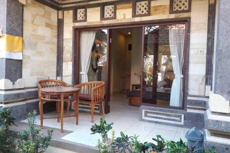 The House is located in the center of Ubud. There are art shops, some restaurants near the house. Th
