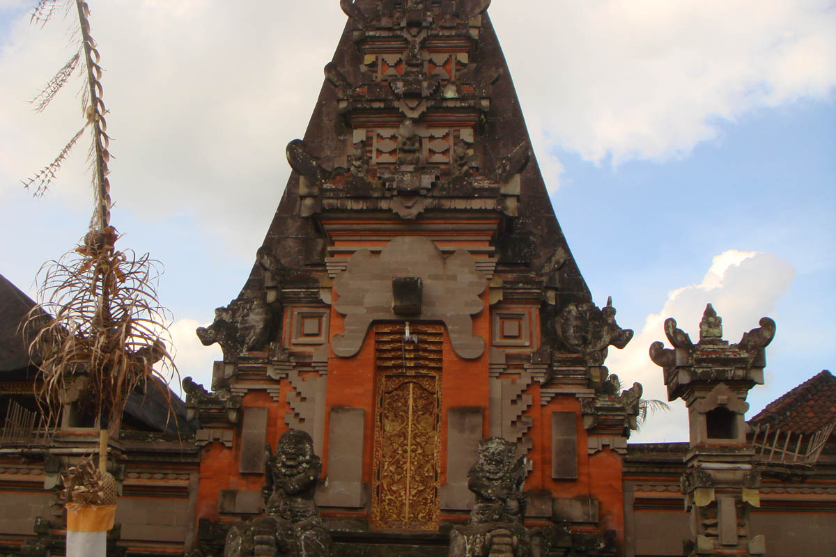 Pura Gado is located an hour out of Nyuhkuning, accessed via a shaky girder bridge over the Oos Rive