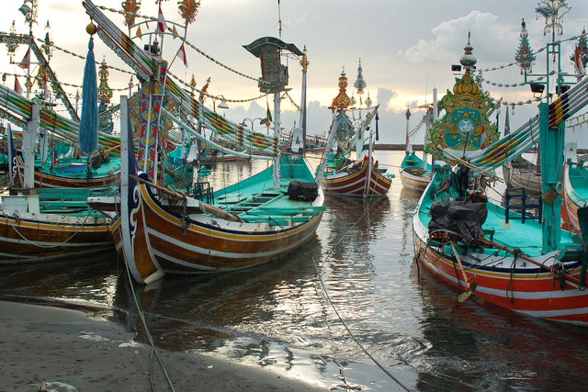 The principal attractions near Perancak Village are the rows of brightly decorated and colorful fi