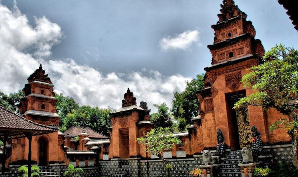 Translating into 'Karangasem Grand Palace', Puri Agung Karangasem dates back to the 19