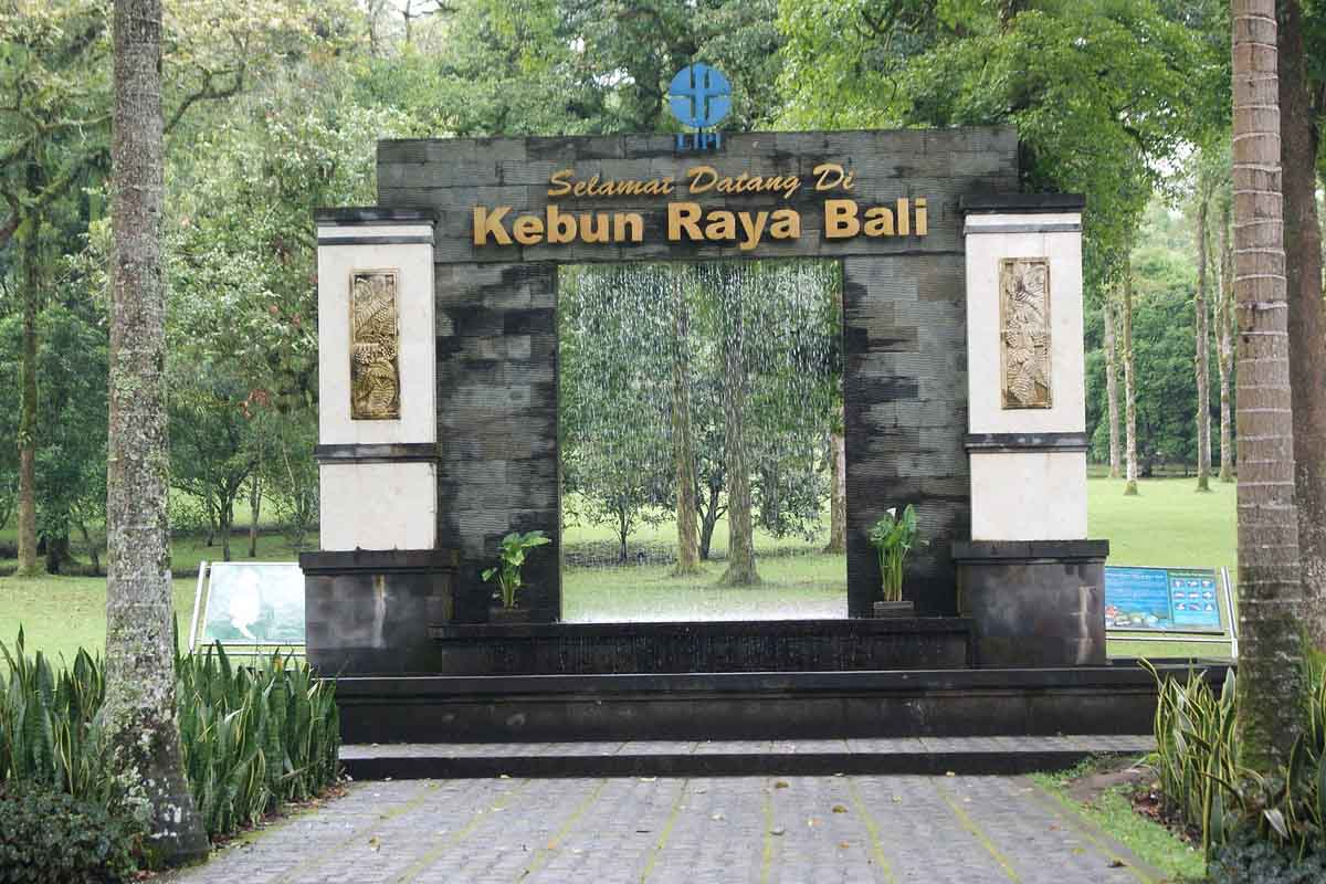 At a height of around 700m, the lakeside resort area of Bedugul is noticeably cooler than the south,