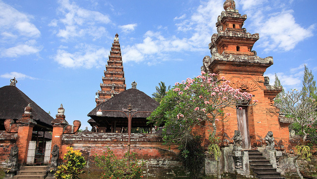 Built in the early 18th century and featuring an outer wall constructed in red brick, Pura Sada was