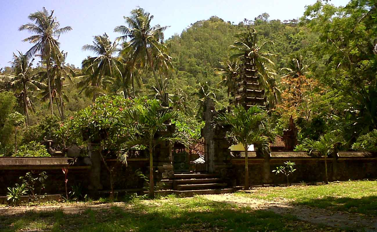 A massive and ancient kepuh tree stands in the middle of the only courtyard of this tranquil hillsid