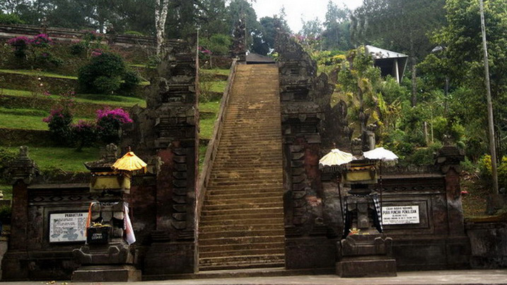 Located in the village of Sukawana and on the summit of Gunung Penulisan is the ninth century Pura T