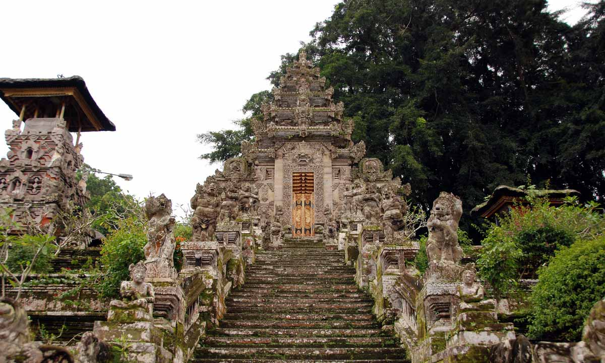 Nestled on a lush hillside about 2 km north of the town center, Pura Kehen is considered to be one o