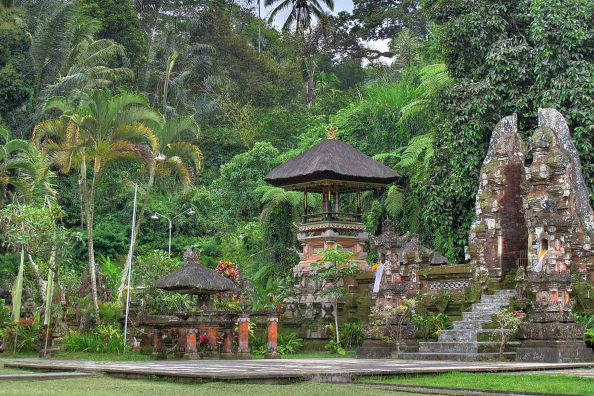 Pura Gunung Kawi located in Sebatu, near the river Pakrisan, is another bathing temple. This 11th-ce